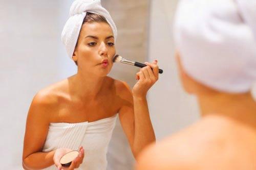 Смывание макияжа мицеллярной водой