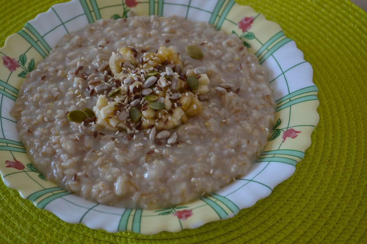 Тарелка каши на завтрак с семенем льна